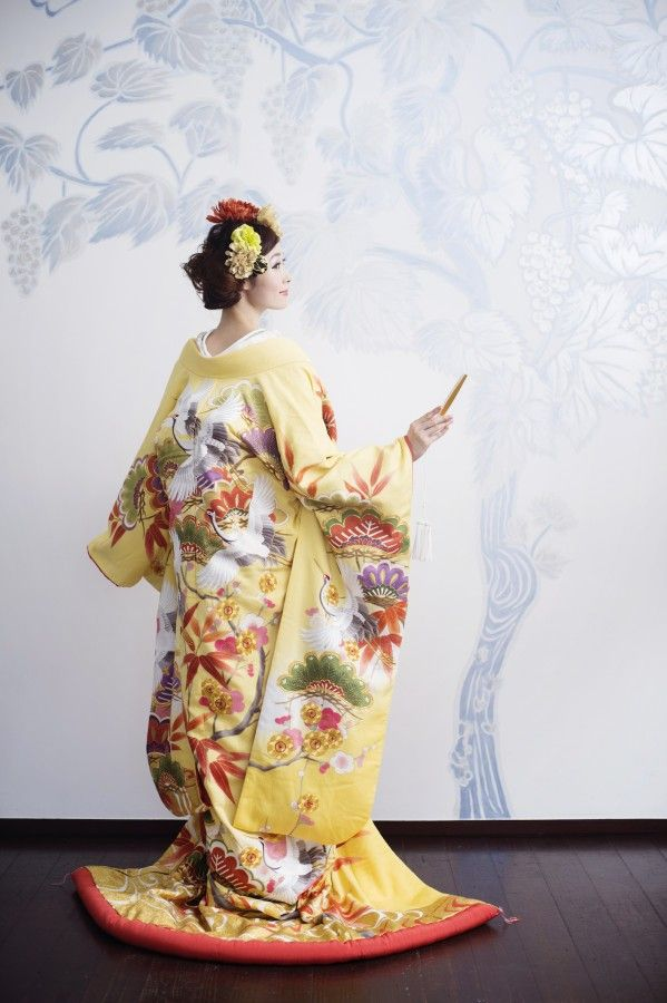 R1212990黄白山吹暈波に松竹梅+R1317670掛下縫取菊白金調子_44_黄、白、山吹で暈しを表現した打掛。松竹梅や鶴の柄ゆきが特徴。金駒刺繍や横振り刺繍を用いた本格派。 (7)