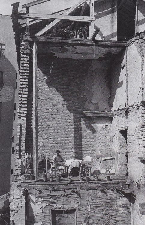 Woman turns living room into a balcony in Berlin ... - Historical Times