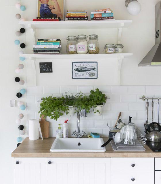 Aineksia käden ulottuvilla: luo sisäpuutarha kasvattamalla yrttejä keittiössä