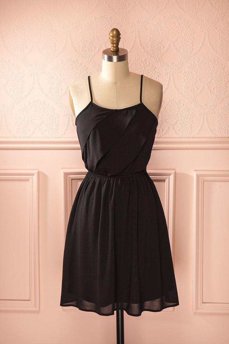 Sinueuse et volatile apparition, votre robe est une ode charbonneuse à la féminité. Sinuous and volatile appearance, your dress is a dark ode to femininity.