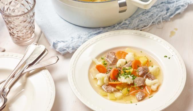 Du erwartest Gäste? Das Rezept für die leckere Rindfleisch-Suppe mit Möhren, Sellerie und Blumenkohl gibt's bei MAGGI.