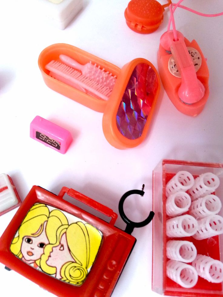 Vintage barbies phone, alarmklock, comb, hair rollers, Daisy barbie TV....