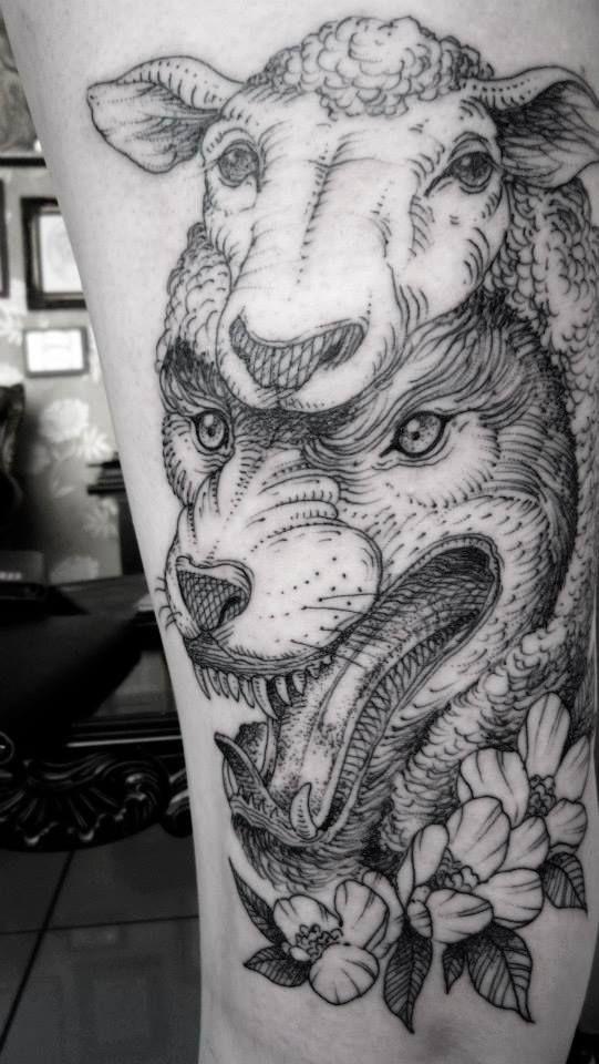 Spektakulärer schwarzer Wolf im Schafspelz Tattoo mit Blumen - Tattooimages.biz