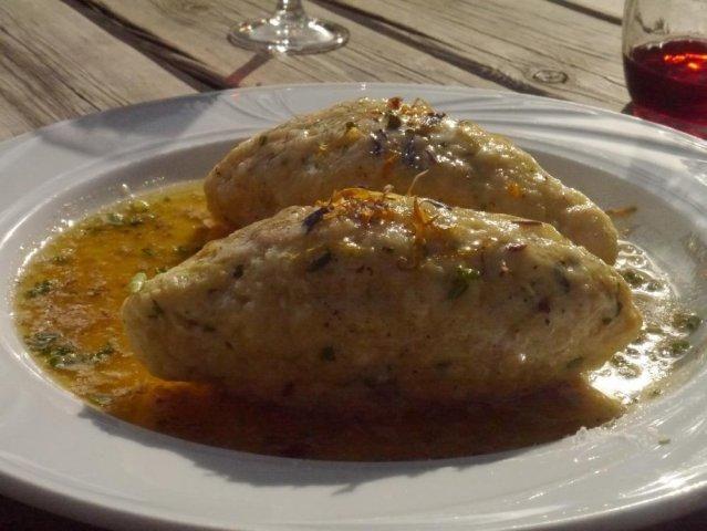 Das perfekte Südtiroler Käseknödel-Rezept mit Bild und einfacher Schritt-für-Schritt-Anleitung: Knödelbrot in eine große Schüssel geben. Zwiebel fein…