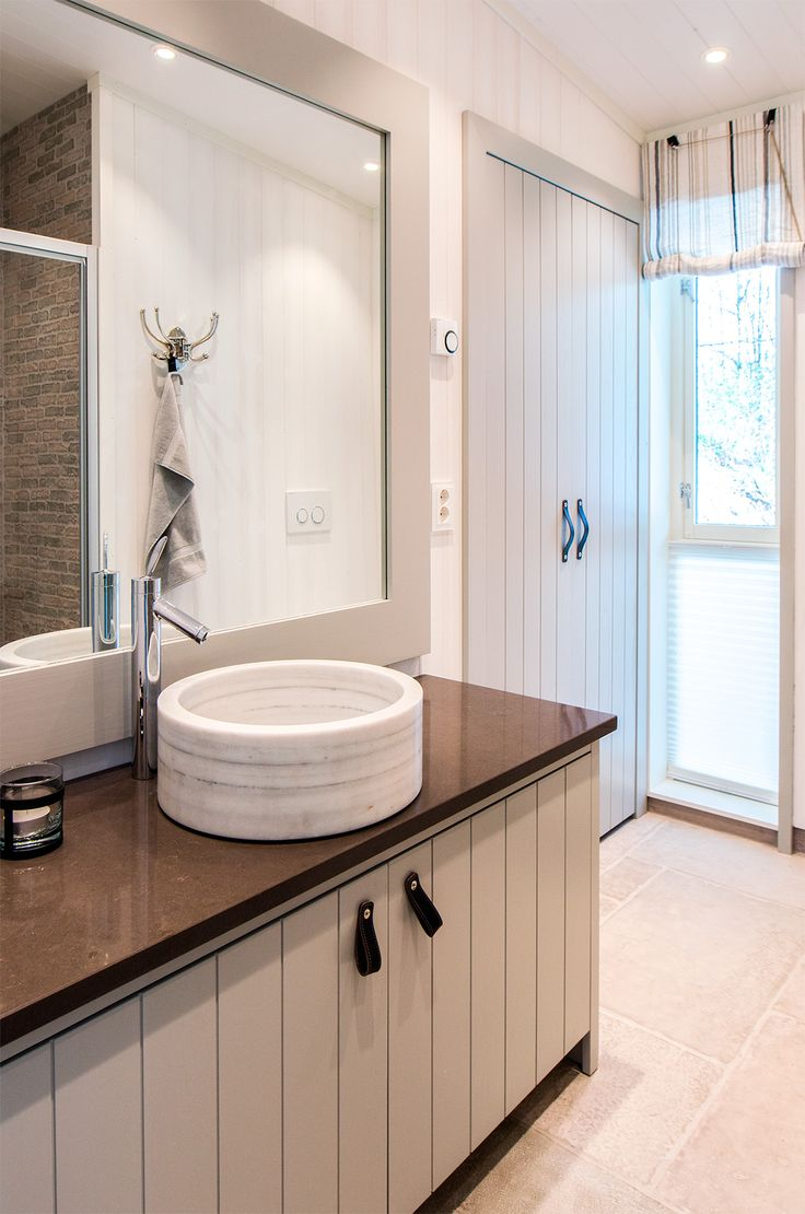 Maritime bathroom, handcrafted by Os Trekultur. Barble surface-mounted washbasin, and large mirror.