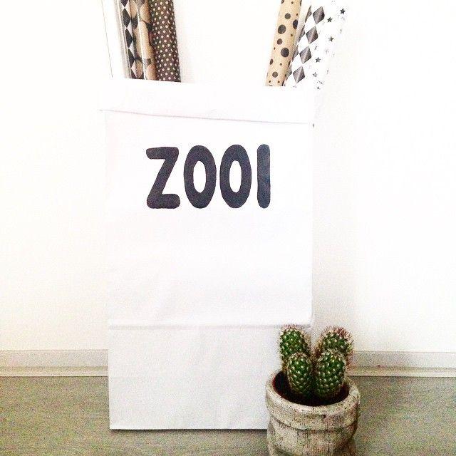 Paperbag met tekst 'zooit'. Handig voor al je, euh, zooi ;). Verkrijgbaar in de webshop van Koetjes & Kaartjes.