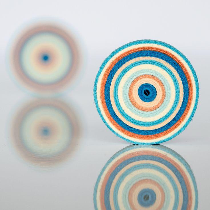 Expans Tyrkyt Expans jsou náušničky srolované zúplně běžného barevného papíru. Technika na to použitá se nazývá quilling. Srolované papírky sroluju do tvaru kruhu, připevním puzetku a pořádně přelakuju.Náušky pevně drží tvar (lak umí úplné zázraky). Puzetka není uprostřed naušnice, ale u okraje, aby zbytek náušnice byl pod uchem. Rozměr náušnic je cca ...