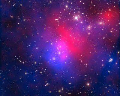 Alla ricerca dei componenti di materia ed energia oscura. La sfuggente materia oscura e l'ancor più enigmatica energia oscura possono essere studiate anche in laboratorio senza dover aspettare di rilevare i prodotti diretti della loro interazione con la matera ordinaria in seguito a collisioni cosmiche ad altissima energia. A dimostrarlo sono due studi che hanno posto diversi limiti alle possibili teorie su di esse
