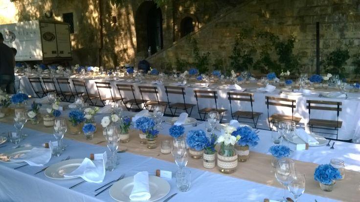 matrimonio: tavolo imperiale con ortensia blu in vasetti di vetro. Cinciano 2014