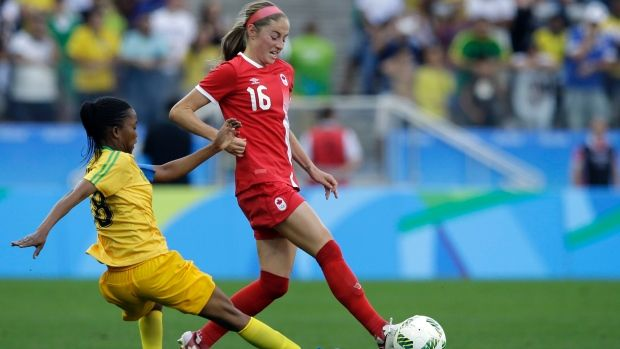 Canada's Janine Beckie controls the ball during a Group F match of the women's Olympic football tournament between Canada and Zimbabwe Saturday, Aug. 6, 2016. © Nelson Antoine/THE ASSOCIATED PRESS - Janine Beckie stars as Canadian soccer women stay perfect