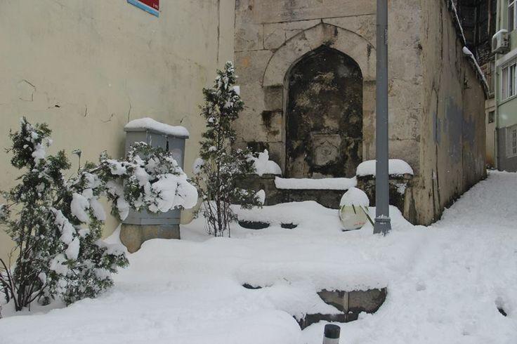 FOTO:T.Ö/Cami, yakın tarihlerde de onarım görmüştür. Caminin yanında 1682 tarihli bir çeşme bulunmaktadır. Abbas Ağa Camii, kesme taştan dört duvar üzerine ahşap çatılı, kiremit döşeli, hünkâr mahfili bulunan, minareli bir yapıdır. Cami çeşme ve Sıbyan Mektebi ile birlikte küçük bir külliye şeklinde inşa edilmiştir. Mektep günümüze ulaşamamış ise de 1669 tarihli, çeşmesi bugün mevcuttur. Vaktiyle caminin altında bir sarnıç bulunmakta idi.
