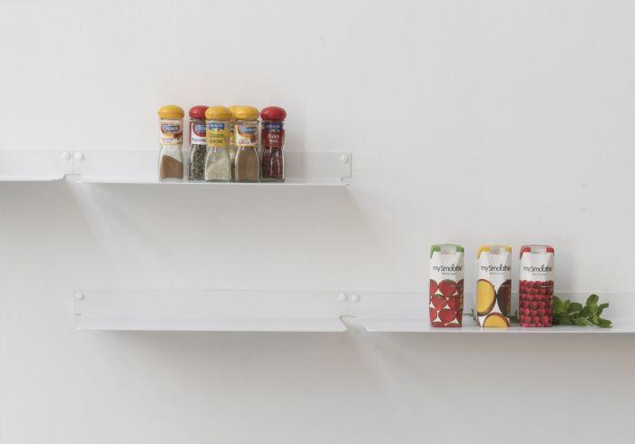 Dernière création dans la lignée des étagères murales TEEbooks, TEEline est une tablette murale pratique et simple à installer.  Les étagères TEEline s'adaptent à tous vos espaces pour mettre en valeur les objets qu'elles soutiennent.   Deux vis suffisent pour la fixer au mur de l'entrée, de la cuisine ou encore de la salle de bain. #cuisine #étagère #tablette #rangement #épice #livre de cuisine