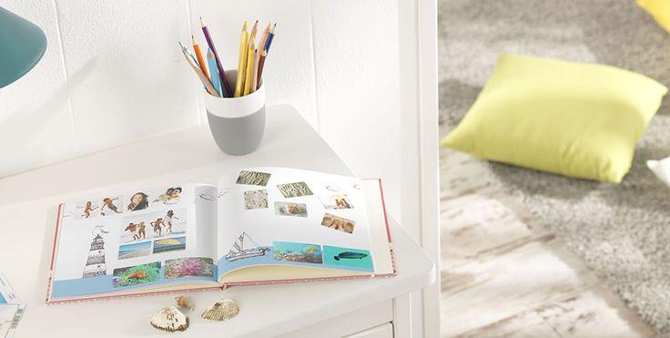 Lasst eure Kinder ihre eigenen Geschichten in einem Fotobuch erzählen. Alles was man dazu braucht ist ein Pixum Fotobuch und Foto-Sticker. Denn so haben die Kleinen die Möglichkeit die Foto-Sticker dorthin zu kleben, wo immer sie möchten. Eine schöne Spielidee für Kinder, Patenkinder oder Enkel. #fotobuch #idee