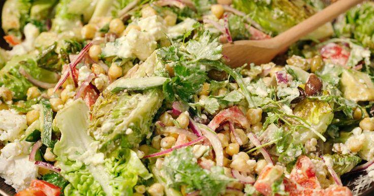 Kikkererwten kent iedereen tegenwoordig. Jeroengebruikt gekookte kikkererwten voor de salade en werkthem af met een lekkere hummusdressing. Hipper kan haast niet.