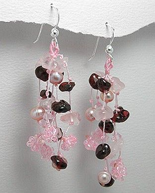 http://silverstar4u.eu/index.php?id_product=159&controller=product&id_lang=2 Cercei fantezie realizati din cristale semi-pretioase de cuart roz si granat, perle de apa dulce si cristale Swarovski. Latime: 17 mm. Inaltime: 55 mm.