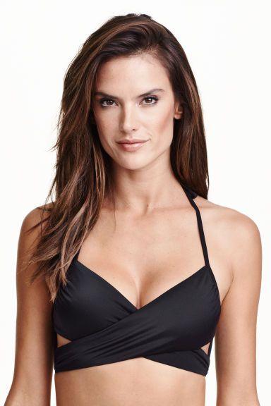 Bandeau bikinifelső: Bikinifelső elöl átlapolással, hátul széles megkötővel, nyaki hátsó megkötőpántokkal, oldalt támasztékkal. Bélelt.
