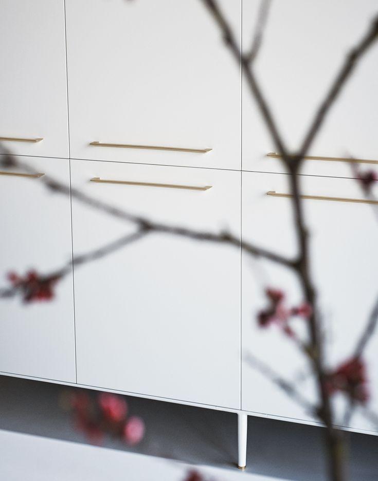 Silk-effect Bianco and Champagne brass Eero handles. #CesarKitchens #Cesarcucine #kitchens #cucine #kitcheninspiration #design