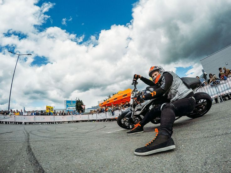 Rok Bagoros - stunt rider passion for ORANGE! X-Wave Air sneakers with orange fluo laces in the RockON special version!