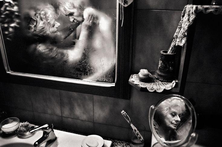 Vincitore della categoria Libero bianco e nero. Mirella è la storia di una donna, di una ragazza, di una madre, di una moglie e di una nonna. Negli ultimi sei anni, si è ritrovata a lottare contro la malattia di Alzheimer che ha colpito il marito. Roma, 2012. - (Fausto Podavini, Sipa contest)