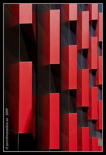 Tetris colorao  Fachada lateral del nuevo edificio administrativo del Ayuntamiento de Cartagena que da mucho juego en determinadas horas del día.