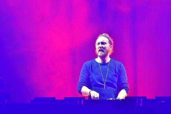 幕張メッセ・東京公演にてプレイ中も絶えずオーディエンスを煽り、フロアを引っ張るDavid Guetta(デヴィッド・ゲッタ)