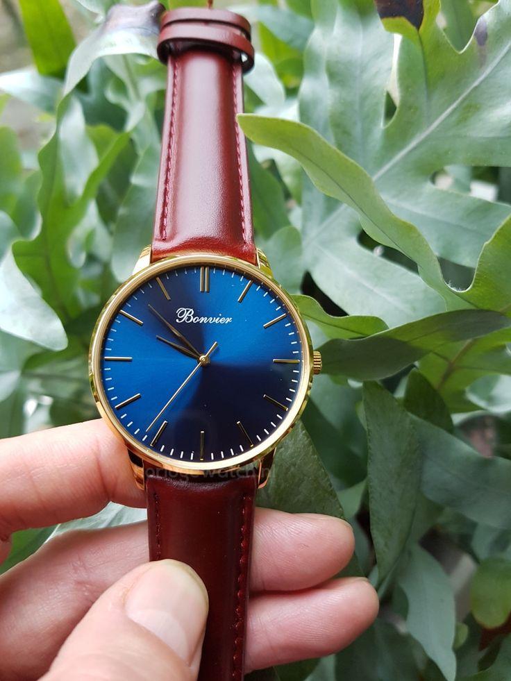 Bonvier Watch. Bonvier Classic Blue / Gold Horloge. Prachtige blauwe sunray wijzerplaat, gouden edestalen kast en een bruine leren band.