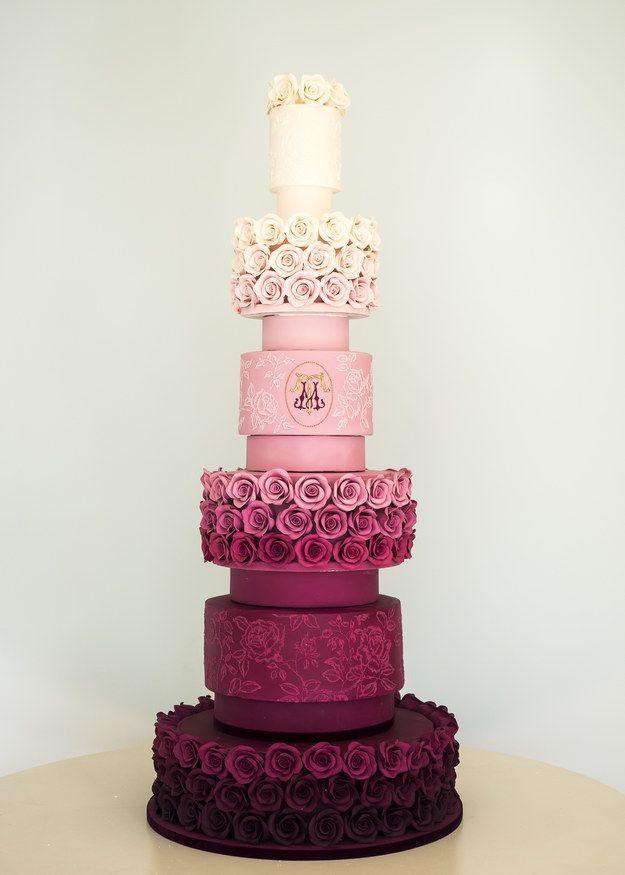Este bolo de parar o trânsito com 6 camadas (!!!) e rosas de açúcar.