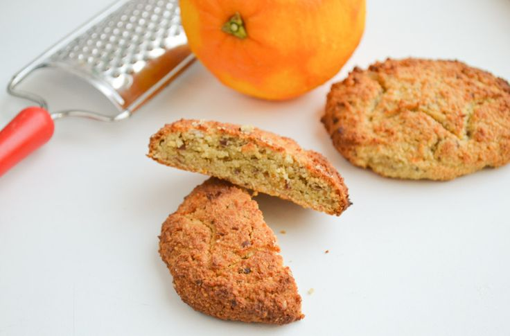 Deze amandelmeel koeken met sinaasappel zijn echt lekker om te serveren bij de koffie of thee. Gezoet met sappige dadels en een mespunt vanillepoeder.