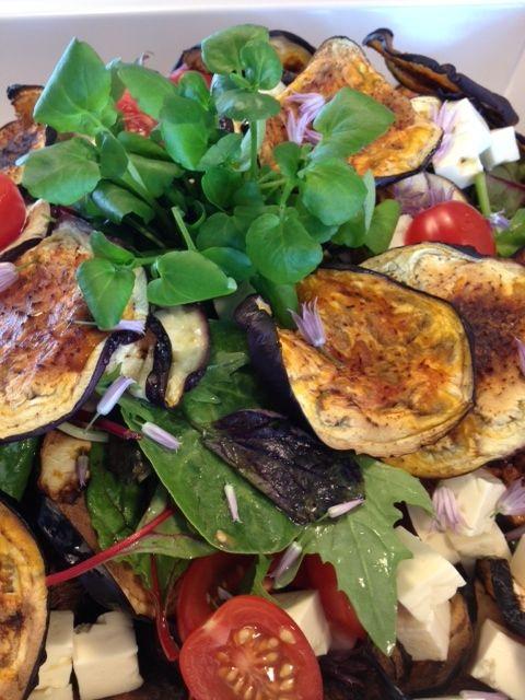 Bagte auberginer med feta og tomat, kan stå som en ret for sig selv og smager himmelsk, men kan sagtens serveres til et stk. grillet kød, server evt. et godt stk. brød til. Salaten indeholder ca. 200 kcal. pr. portion. Auberginer kan grilles, dampes, gratineres, paneres og bages. Den indgår i traditionelle middelhavs retter som ratatouille og musaka.