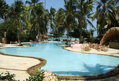 Zanzibar  UROA  La spiaggia privata è attrezzata con lettini ed ombrelloni. Qui vengono organizzati corsi di kitesurf, tornei di beach volley, calcetto, bocce e tennis; possibilità di noleggiare biciclette da utilizzare per passeggiate sulla spiaggia.