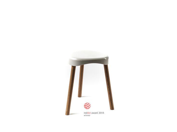 barfuss H3 N - Eine Sitzschale und drei Beine, die schlichten Komponenten des Hockers, weniger geht nicht. Zeitloses funktionales Design. Der besondere Reiz liegt im Kontrast der Materialien und Oberflächen: weißer, glatter, Kunststoff und Massivholz. Die Sitzschale aus hochwertigem Duroplast, die Beine in naturgeölter robuster Eiche, gedämpfter Buche oder Nussbaum. Durch schlicht gefräste Kehlen an den Innenseiten der Beine sind die Hocker kippsicher stapelbar.