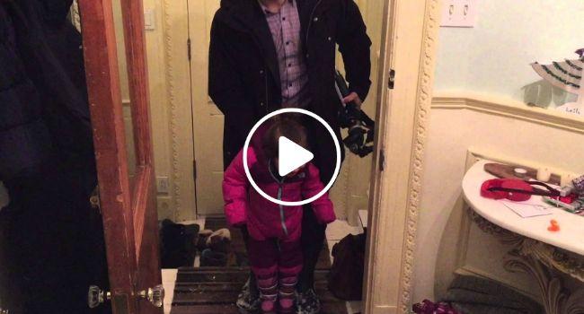 Pai Tem Ideia Genial Para Descalçar As Botas Da Filha De 1 Só Vez Sem Usar As Mãos