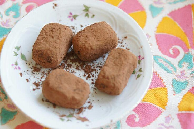 Ingrediënten (voor 12-15 truffels)120 gram amandelmeel (gemalen amandelen)120 gram dadels (ontpit)1 avocado6 el cacaoVoor de buitenkant:extra cacaopoeder om te rollenBereidingswijzeZet een bord of bakplaat klaar met bakpapierHak de dadels fijn in een keukenmachineVoeg het amandelmeel, de dadels, avocado en de cacao toeRol de vulling uit de keukenmachine in truffelformaatRol de truffels door het cacaopoeder (een hele dunne laag, anders kun je ze lastig eten)Dit recept komt uit…