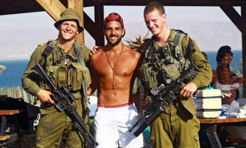 Ragazzo gay libanese pubblica una fotografia con due soldati israeliani. Lo scatto diventa virale
