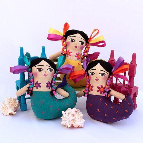 Muñeca inspirada en La Tlanchana, criatura del agua, dueña y señora de la ciénaga, de todo lo que había en la laguna Las Nueve Aguas. Se aparecía como mujer con cola de pez, se acicalaba y se hacía largas trenzas. #artdoll #mexicandoll #muñecadearte #muñecamexicana #mayeb #hechoamanoconelcorazon #mexico #tlanchana #sirena