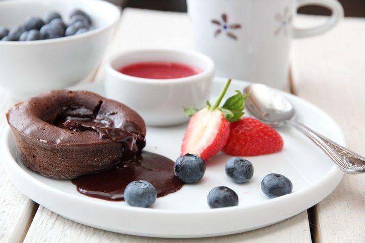 Sjokoladefondant med jordbærsaus og friske bær