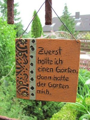 Die Dekoration Und Erweiterung Des Gartens Als Erlebnisraum Kann Auch Durch  Gartenschilder Erfolgen, Die Man Im Garten An Hauswänden, An Bäu.