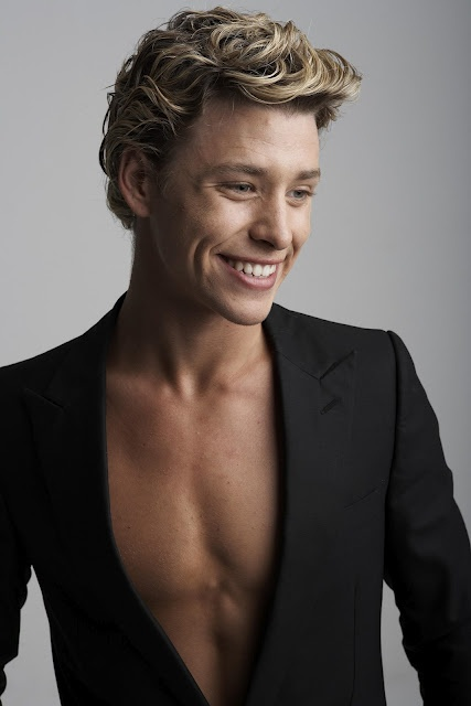 Mitch Hewer: Beautiful Man >.
