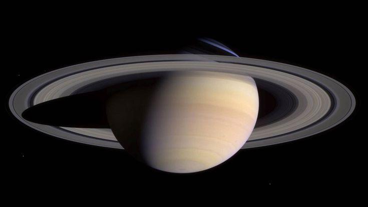 Saturn – Der Herr der Ringe.Ähnlich wie Jupiter besteht auch der Saturn aus Gas. Betrachtet man ihn durch ein Teleskop, sieht es aus als würde eine unsichtbare Hand ihn zusammendrücken, da er sich am Äquator nach außen wölbt. Das liegt allerdings daran, dass er sich so schnell um sich selbst dreht. Seit 2004 befindet sich die Raumsonde Cassini in der Umlaufbahn von Saturn, um seine Monde zu untersuchen und weitere Erkenntnisse über den Ringplaneten zu liefern. Die Ringe hat übrigens zum…