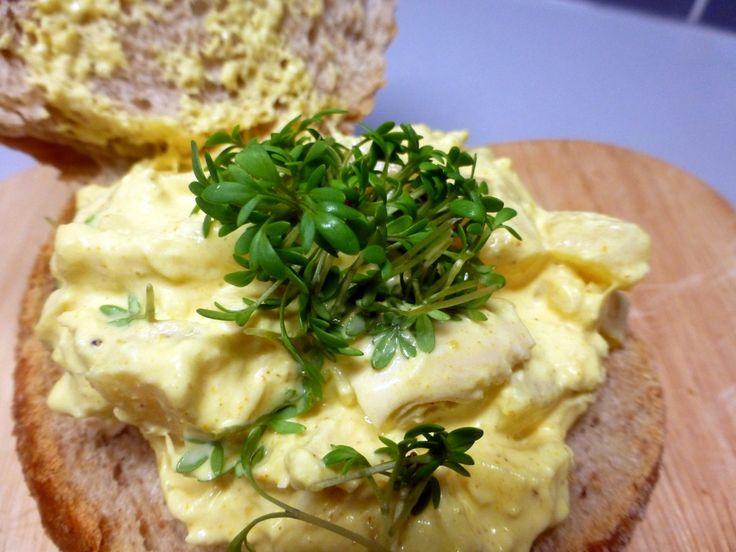 Heerlijke en makkelijk te maken Kip Kerry salade. In een luchtdicht afgesloten bak is het een week houdbaar. In ieder geval een dag van te voren klaarmaken, zodat de smaken goed kunnen doortrekken. http://www.mijnreceptenboek.nl/recept/kinderen/feestjes_en_verjaardags_hapjes/kip-kerrie-salade-voor-op-brood-13952.html