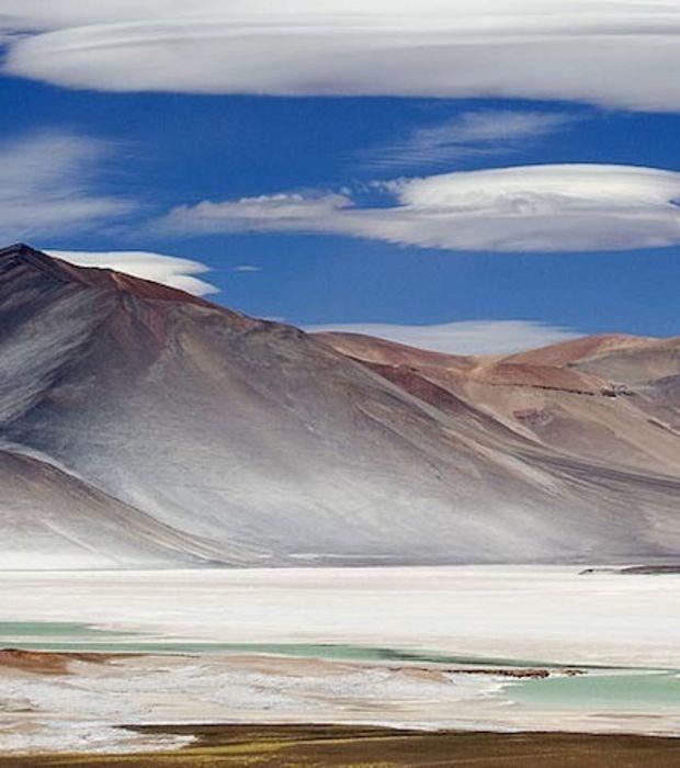 Photo : Formation de deux nuages lenticulaires à San Pedro de Atacama, au Chili