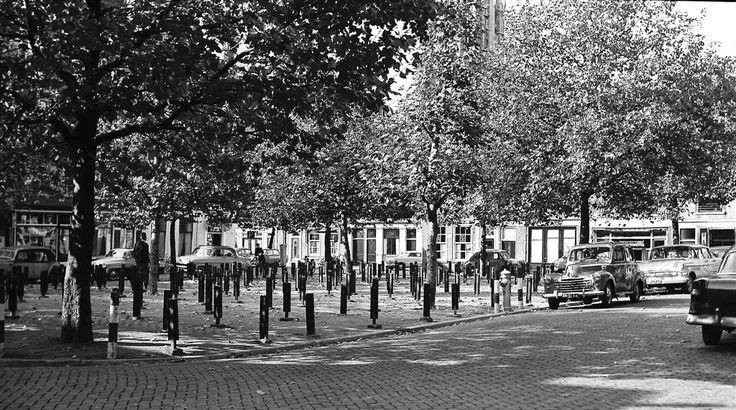 Beestenmarkt in Delft, de paaltjes voor de afscheidingen voor de dieren zijn er nog (1960)