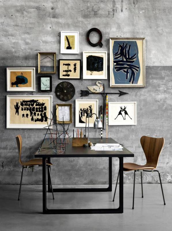 Jadalnia albo stół do pracy – proste meble, żywica na podłodze, zacierany beton na ścianie – a do tego niezwykła kompozycja z prac artystycznych wykonanych w różnych technikach, ale dobranych do siebie kolorystycznie.