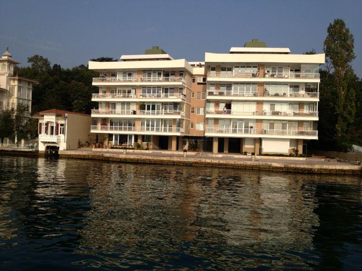 Hangimiz bu evde yaşamak istemeyiz ki :) Birbirinden güzel yalı fotoğraflarını görmek isterseniz http://www.teknededugun.com adresine giriş yapabilirsiniz.