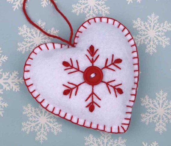 Fieltro adornos de Navidad, corazón escandinavo hecho a mano, blanco, rojo y decoración de copo de nieve bordados fieltro corazón, hecho a mano fieltro adorno de corazón.