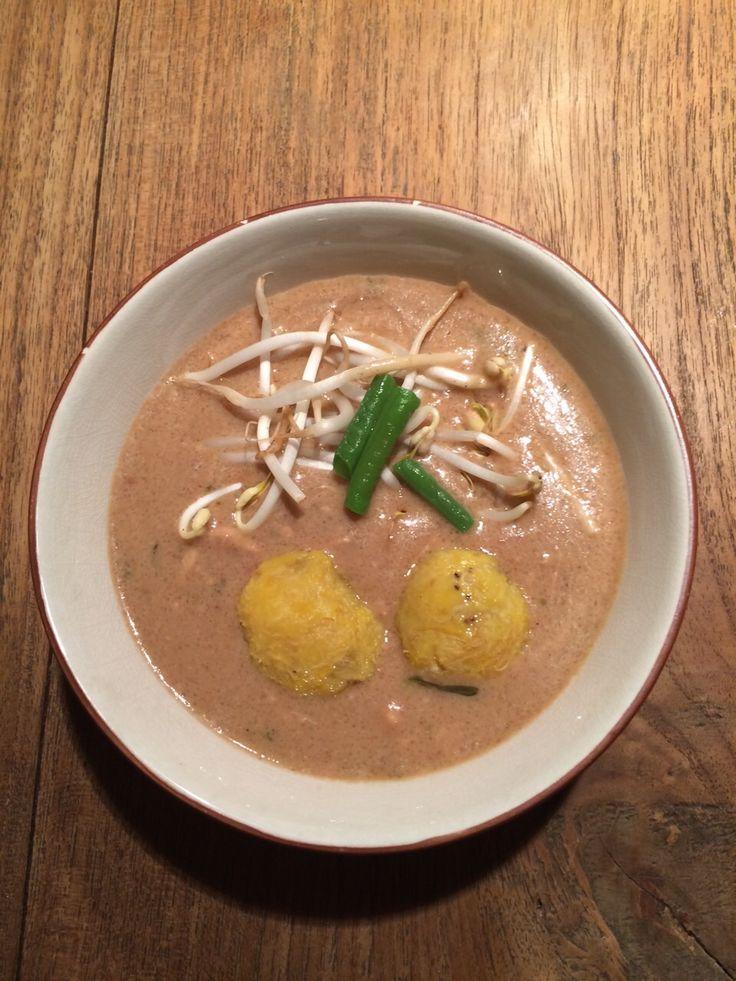 Pinda bravoe (pindasoep) met tomtom (bananen bolletjes)  Ingredienten: - 300 gr. kip (liefst 2 kippendijen) - 200 gr. zoutvlees (van te voren even ontzouten door 2 x 15 minuten te koken) - 6-7 pimentkorrels - 1 ui - 1 knoflook - 1,5 pot pindakaas met of zonder stukjes van 350 gr.  - 1 Madame Jeanet peper - 3 takjes selderij - zout of bouillon blokjes  - 2 lt water - 2 bakbananen  Bereiding: - Trek een bouillon van de kip, het ontzoute zoutvlees, selderij, gesnipperde ui, pimentkorrels in…