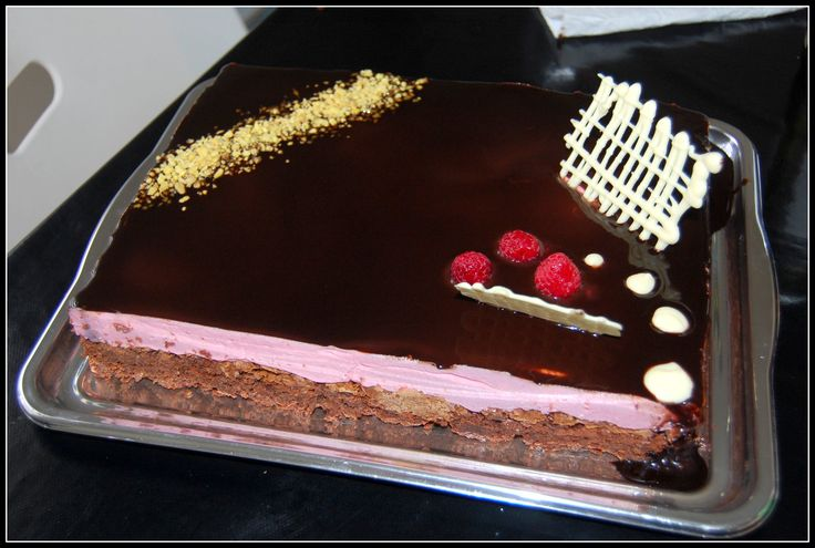 fondant chocolat, craquant pralinoise, mousse framboises miroir chocolat