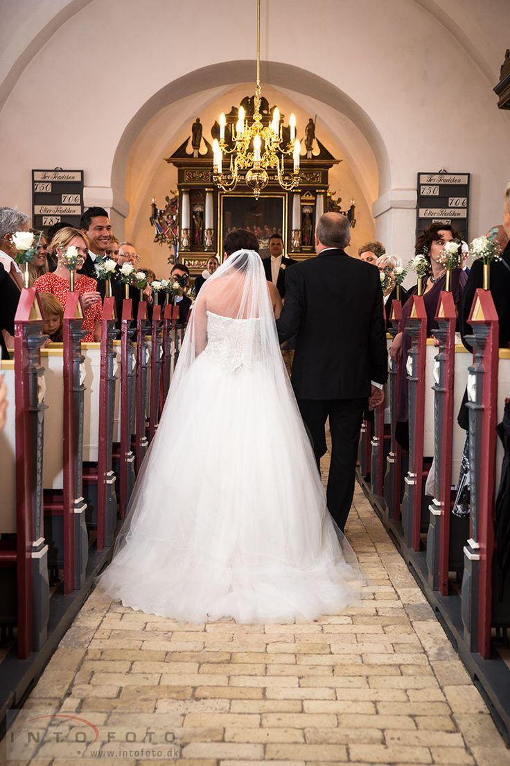 På vej mod alteret / Down the isle #Bryllup #Wedding #Bryllupsfotograf #Intofoto #Bryllupsfoto #Bryllupsfotografering #Hillerød #Nordsjælland #Brudepar