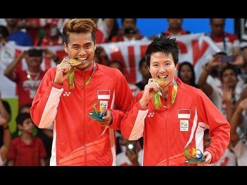 Pengalungan Medali Emas Owi - Butet Olimpiade Rio 2016