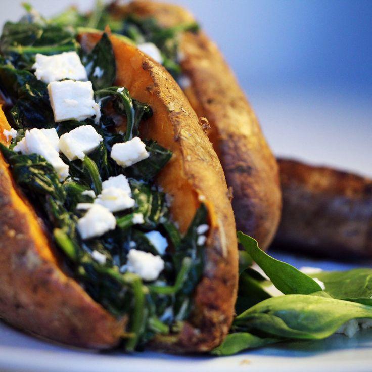 Binnen 10 minuten een lekkere een gezonde maaltijd. Kan dat? Ja! Maak zelf dit simpele zoete aardappel recept met spinazie en worst.
